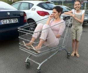 Le due sorelle rumene Gabriela (grande) e Natalia (piccola) rappresentano a modo loro il risultato educativo di certi tipici genitori italiani...