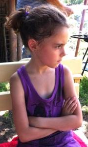 È essenziale che il bambino impari a gestire e superare da sé le emozioni negative: mai intervenire durante o dopo un capriccio.