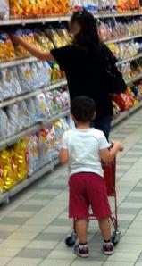 Molti supermercati mettono a disposizione della loro piccola clientela carrellini con cui i genitori possono mettere in pratica simpatici giochi educativi che, oltretutto, tengono occupato il bimbo.