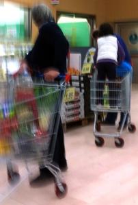 Scene diseducative come queste sono piuttosto comuni nei supermercati. L'altro signore sembra voler mostrare il proprio disappunto alla poco edificante visione.