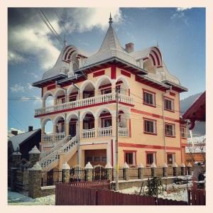 Esempio di modesta dimora costruita in Romania con le elemosine a beneficio dei ciiinque fiiili piiicoli.