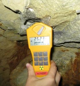 Misura della radioattività in una miniera di uranio in Val di Susa: il contatore Geiger, posto proprio di fronte a un filone uranifero, indica valori molto elevati (valore normale: 0,27 μSv/h).
