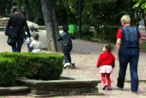 In Romania sembra impossibile osservare nei passeggini bambini in grado di camminare autonomamente.